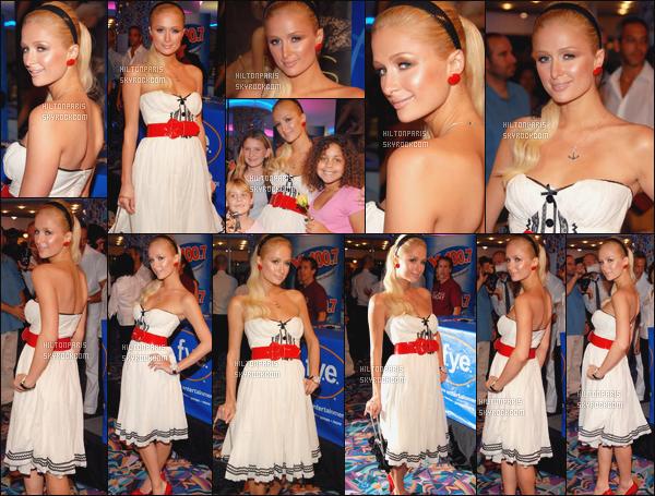 ------- 15/08/06: Notre princesse Paris Hilton photographiée durant une séance de dédicace dans la journée - à Miami. Gros top pour la tenue, Paris on dirait une petite marine, elle est tellement belle, cette robe lui va tellement bien. J'adore cette ceinture.   -------