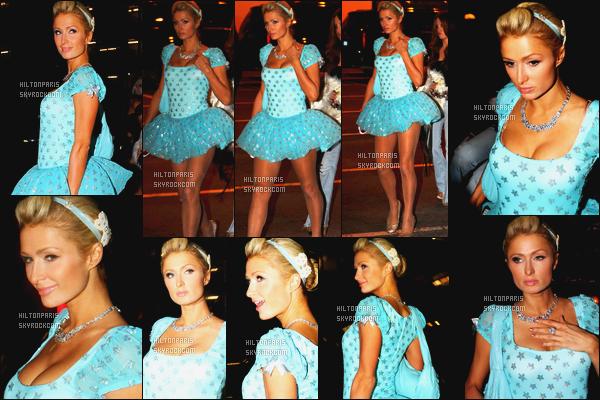 --------  31/10/11  :    Notre princesse Paris Hilton photographiée arrivant à une soirée d'halloween - à Los Angeles.  J'aime beaucoup se déguisement, je ne sais pas trop en quoi elle est déguisé, mais j'adore beaucoup cette robe, la couleur et les motifs.--------