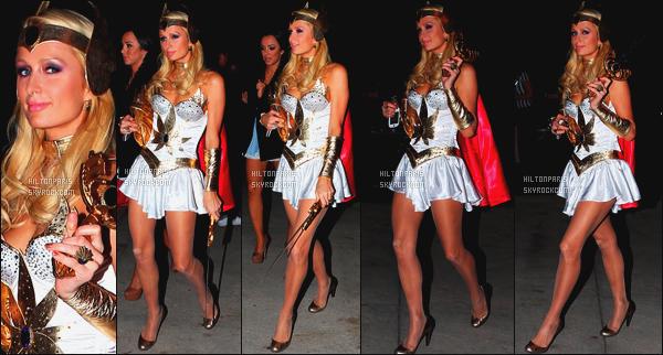 ------- 01/11/11: La jolie Paris Hilton photographiée dans la nuit, se rendant à la soirée de « Halloween » - Los Angeles. Gros top pour se déguisement, je suis fan de la petite robe de guerrière avec la cape rouge, mais je trouve que les talons ne va pas bien.  -------