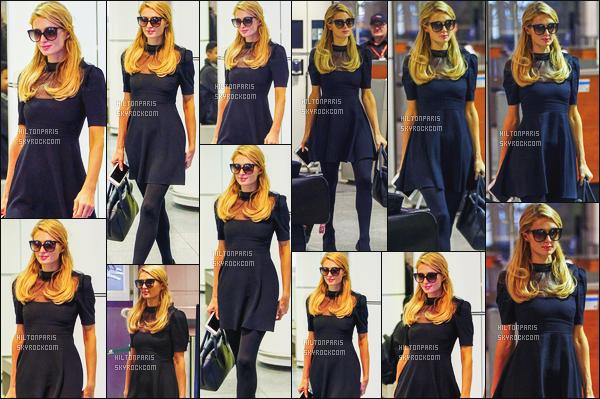 ------- 26/06/16: Paris Hilton photographiée arrivant à l'aéroport de Pierre-Elliott-Trudeau dans la journée -  Montreal. J'aime cette tenue de Paris, c'est tout à fait le style de Paris, cette petite robe lui va à ravie. Je lui accorde un gros top. J'aime ses cheveux.  -------