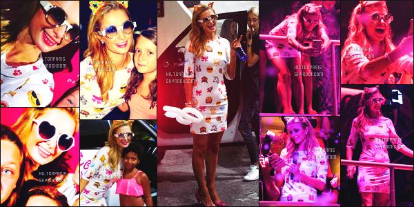 ------- 13/08/16: La princesse  Paris Hilton  photographiée   entrain de mixer à sa soirée de  Foam And Diamond   -  à Ibiza.    La c'est pour les enfants encore que notre belle Paris a prit le temps pour mixer. J'aime beaucoup cette robe qui lui va super bien, gros top.   -------