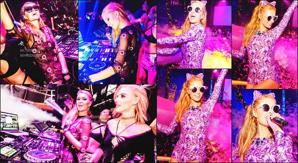 ------- 30/07/16: La princesse  Paris Hilton  photographiée   entrain de mixer à sa soirée de  Foam And Diamond   -  à Ibiza.  J'aime beaucoup son boby au corps motif poney violet, cela va super bien à la princesse Paris Hilton,  petit top pour cette robe simple.  -------