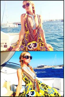 ------- 01/08/16: Jolie Paris Hilton photographiée sur une plage dans la journée avec des amis toute souriante - à  Ibiza. Petit top pour la tenue, je n'aime pas trop la robe mais cela passe quand meme, j'adore les couleurs et les motifs qui vont bien à Paris. -------