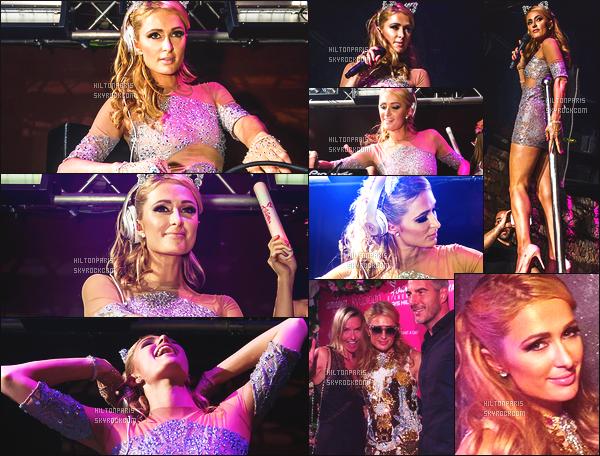 ------- 30/07/16: La princesse  Paris Hilton  photographiée   entrain de mixer à sa soirée de  Foam And Diamond   -  à Ibiza.  J'aime  la tenue de princesse qu'elle porte. Ca lui va trop bien. J'aime aussi cette coiffure simple et gros top aussi pour les oreilles de chats.  -------