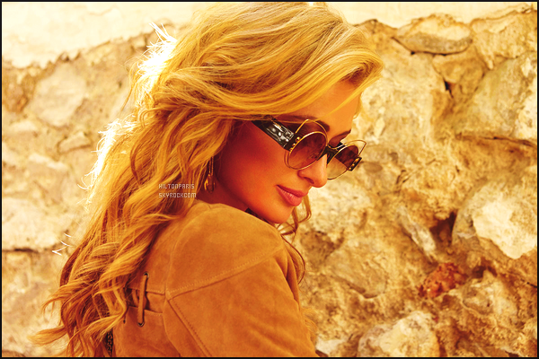--------   •  Découvrez mlle Paris Hilton  en  interview  pour le magazine « VOGUE  » - Aout 2016.  C'est pour le Vogue en Espagne, j'aime beaucoup toutes les photos,  princesse Paris est toute simple, j'aime beaucoup se long tee-shirt.  --------