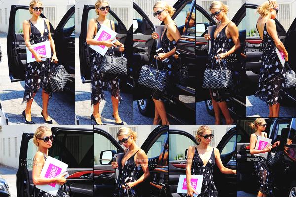 ------- 25/08/16:  Notre belle Paris  Hilton photographiée  entrain de faire du shopping dans la journée -   à Beverly Hills. J'aime la tenue. La robe lui va vraiment bien, elle la porte tres bien Paris, je lui met un gros top aussi pour son chignon. Elle est au top.  -------