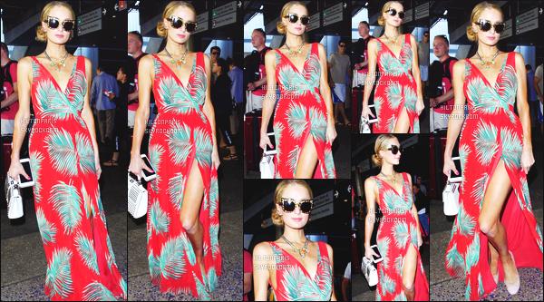 ------- 29/08/16: La magnifique  Paris Hilton photographiée arrivant à l'aéroport de LAX  dans la  journée  -  Los Angeles. Gros top pour la tenue, j'aime beaucoup cette longue robe coloré même si c'est un look assez répétitif, mais j'adore beaucoup. Top/Flop?      -------
