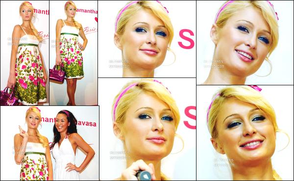 --------  24/08/06  :   Sublime Paris Hilton  photographiée au grand événement  « Premium Summer Party  »  -  Tokyo.    Je ne suis pas trop fan de cette robe, cela fait trop plaisir et mamie les motifs fleurs coloré comme ca. J'aime beaucoup cette coiffure tiré.--------