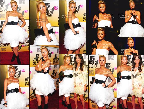 --------  30/08/06  :    Paris Hilton photographiée à la cérémonie des   « MTV Video Music Awards »  -  à Los Angeles.   Bon top pour cette robe si belle qui va bien à Paris Hilton, mais je met un gros flop pour le maquillage et cette coiffure, je deteste Top/Flop?--------