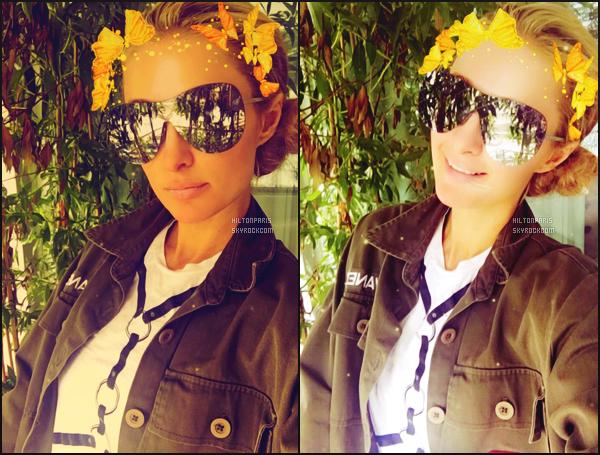 """--------------------------------------  """"""""RESEAUX SOCIAUX"""""""" Découvrez les dernières photos de mlle Paris toujours  actif sur Instagram ou Snapchat.  Septembre 2016 -   Paris Hilton a toujours aussi presente sur son snapchat -  ParisHilton. Je suis fan de la veste verte, au top pour elle. --------------------------------------"""