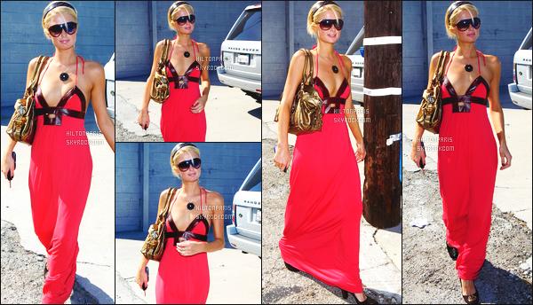 --------  19/09/06  :    Paris photographiée entrain de faire du shopping dans la journée toute seule -   Beverly Hills.   Gros top pour la tenue à Paris, j'aime trop cette robe longue cela lui va bien, gros top aussi pour les lunettes de soleil j'adore. Top/Flop?--------