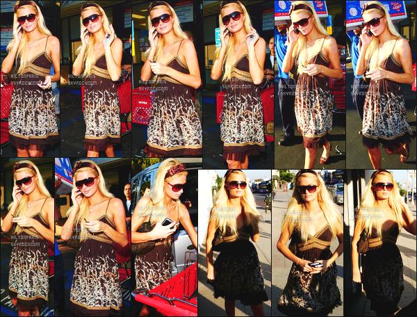 --------  02/11/06  :    La miss Paris Hilton photographiée entrain de faire du shopping à  « Petco » - West Hollywood.   Je lui met un top pour la robe, meme si je ne suis pas trop fan de la couleur mais cela la change quand meme, toute souriante. Top/Flop?--------