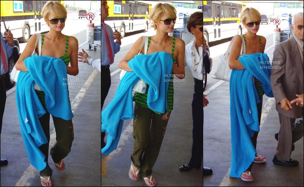 --------  30/08/06  :  Mlle Paris Hilton photographiée arrivant à l'aéroport de « LAX » dans la journée -  Los Angeles.  Bon c'est une tenue assez simple mais cela reste un candid, elle est quand même toute jolie j'aime beaucoup, Paris Hilton est   top vraiment.--------