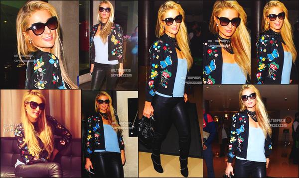 ------- 28/09/16: Notre princesse  Paris Hilton photographiée  toute souriante dans la soirée dans les rues de Londres.   Gros top  pour la tenue à Paris Hilton, j'aime  trop  la veste qui lui va super bien elle a vraiment la classe. Je suis tellement fan. Top/Flop ?   -------