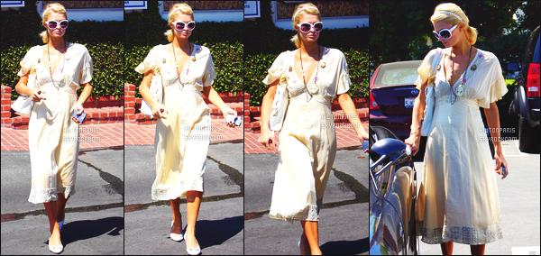 --------  28/08/06  :   Sublime Paris Hilton photographiée quittant un centre medical dans la journée - Los Angeles.   Gros top pour cette tenue, j'aime beaucoup cette couleur claire va tellement bien à Paris comme la longue robe, j'aime trop. Top/Flop?--------