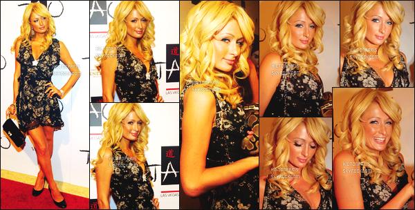 --------  30/09/06  :    Notre princesse Paris Hilton photographiée assistant à l'événement   « Tao's »  - à  Las Vegas.   Elle est accompagnée de ses amies Caroline d'Amore et Kim Kardashian. Gros top pour cette tenue & la coiffure simple et bouclée. Top/Flop?--------