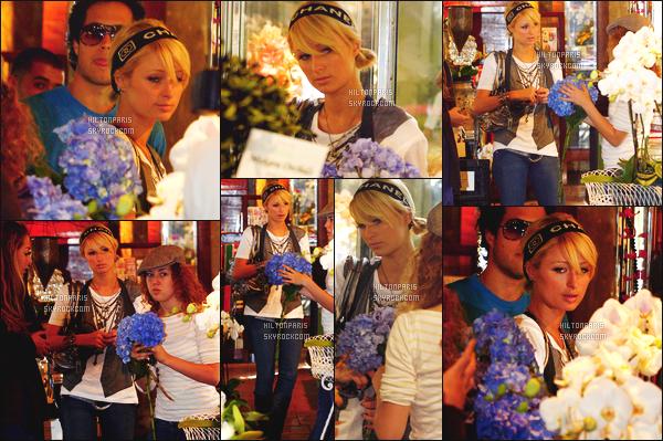 --------  09/10/06  :    Princesse Paris Hilton photographiée entrain de faire des courses dans la journée - Los Angeles   Elle est accompagnée de ses amis. Tenue simple pour elle, j'adore son jeans qui lui va bien, flop pour le gilet et cette coiffure. Top/Flop?--------