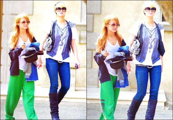 ------- 14/10/06 :  La jolie Paris Hilton photographiée dans la journée avec Nicole Richie en balade -  dans Los Angeles. Petit top pour la tenue, c'est assez simple donc il y a pas grand chose à dire, j'aime beaucoup la coiffure de notre princesse Paris. Top/Flop? -------