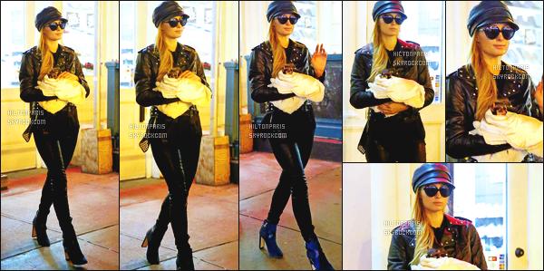 ------- 12/10/16: Notre sublime  Paris Hilton photographiée en debut de soirée quittant son appartement  - à New York.  Comme on peut le voir, mlle Paris ne quitte plu son nouveau petit chien. Je suis hyper fan de cette tenue, gros top pour la veste. Top/Flop?  -------