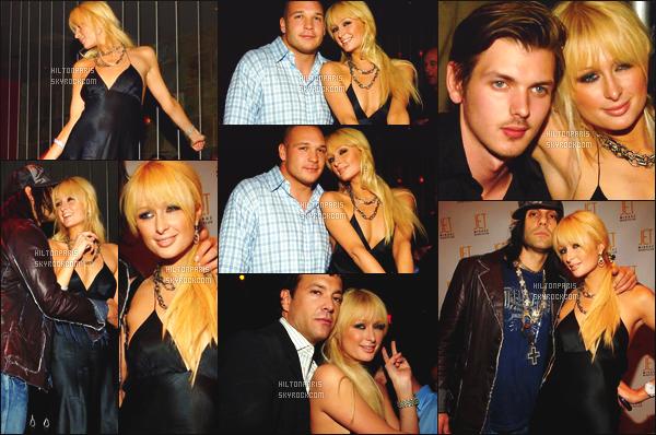 --------  21/10/06  :    La belle Paris Hilton photographiée dans la boite de nuit   « Jet » avec des amis  -  Los Angeles.   J'aime beaucoup cette tenue, jadore beaucoup cette robe noire qui lui va tellement bien, elle est hyper sexy. Gros top pour Paris. Top/Flop?--------