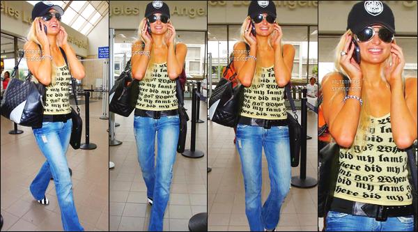 --------  25/10/06  :           Paris   aperçue   arrivant à l'aéroport de   « National Lampoon's » dans la journée -   à Los Angeles.    Elle ete au telephone, toute souriante. J'adore beaucoup cette tenue en jeans, et un petit top tout simple. Top les lunettes aussi. Top/Flop?--------