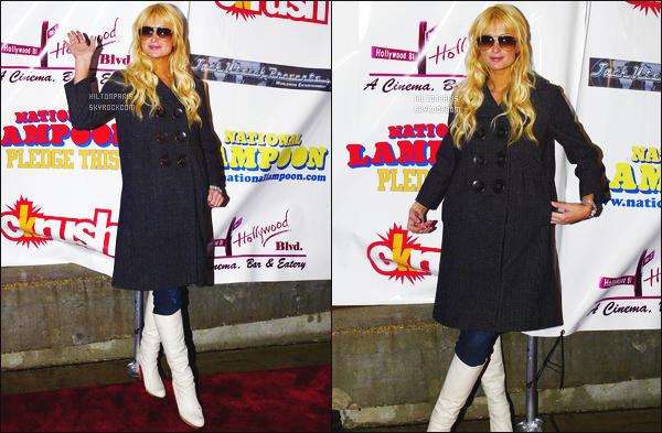 ------- 22/10/06  : Sublime Paris Hilton  photographiée à l'avant premiére du film    National Lampoon's - à  Los Angeles.  J'aime bien cette tenue mais je trouve cela dommage qu'il y a le manteau mais ca va j'aime quand meme, elle devait avoir froid. Top/Flop?  -------