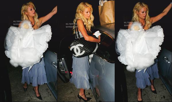 ------- 28/10/06 : Miss Paris Hilton photographiée quittant sa maison pour allez à une soirée    Halloween à Los Angeles. Paris Hilton semble assez fatiguée la pauvre. J'aime beaucoup cette robe, et gros top pour son sac Chanel. J'adore ses cheveux. Top/Flop? -------