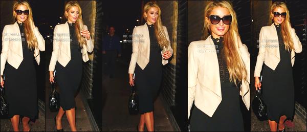 ------- 28/09/16: Notre sublime  Paris Hilton photographiée dans la soirée quittant le restaurant Fire House à  Londres.   Elle est souriante sur les photos, j'adore ! J'aime cette tenue, Paris a  la classe dans la robe et se blazer, gros top pour elle. Top/Flop ?   -------