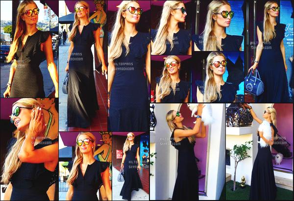 ------- 18/10/16:  Notre belle Paris  Hilton photographiée  entrain de faire du shopping dans la journée -   à Los Angeles.  J'adore beaucoup cette robe longue et sombre, cela va bien à Paris Hilton. Elle est toute souriante sur les photos. Top les lunettes. Top/Flop?   -------
