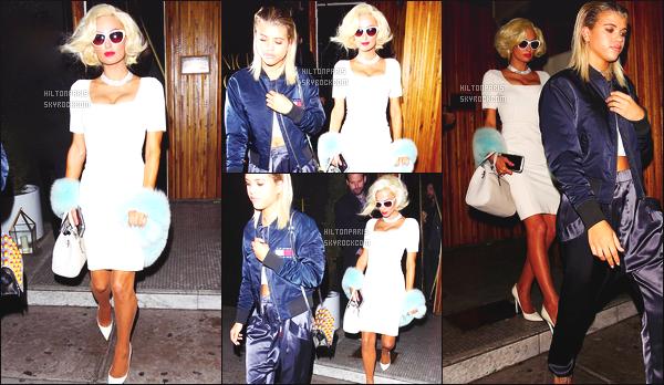------- 24/10/16: Jolie Paris Hilton photographiée dans la soirée quittant restaurant  Nice Guy  avec Sofia -    Los Angeles.   La tenue est tres original   sur  la jolie Paris Hilton, avec la perruque courte dont je ne suis pas fan, j'aime   la robe et les talons  en blanc.  -------