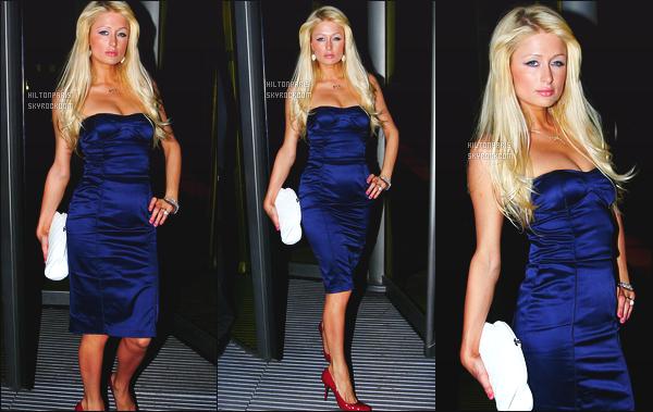 --------  14/11/06  :    Princesse Paris Hilton photographiée quittant le restaurant   dans la soirée  « Nobu » - Londres.    Paris est trop belle, et vraiment aussi tres sexy avec cette poitrine bien moulé. Je lui met un gros top ici à notre Barbie favorite. Top/Flop?--------