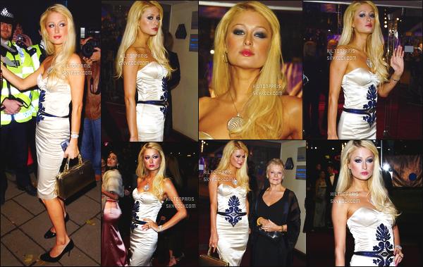 --------  14/11/06  :    La princesse Paris Hilton photographiée à la premiere de     « Casino Royale » - dans  Londres.   Cette tenue me laisse un peu perplexe, je n'aime pas trop le motif bleue. Aussi un flop pour son maquillage trop prononcé, mais elle est jolie.--------