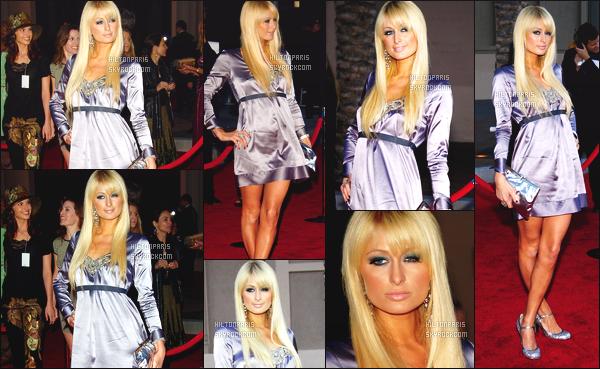 --------  21/11/06  :  Princesse Paris apercue à la grande cérémonie de    « American Music Awards »  - Los Angeles.   Je suis hyper fan de cette tenue, cette robe est trop parfaite sur notre princesse J'adore ses cheveux long et sa mise en beauté. Top/Flop?--------
