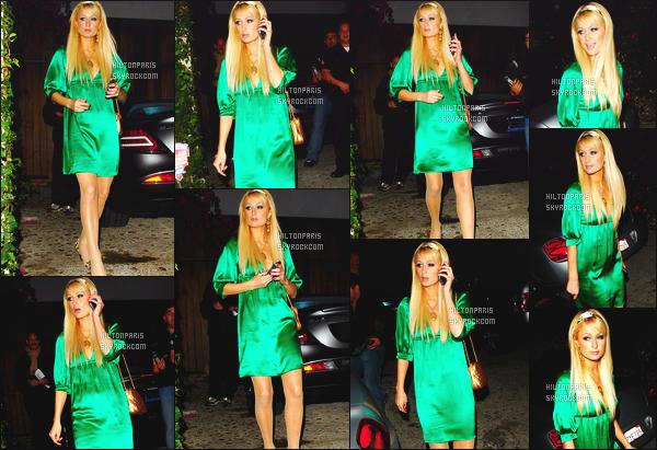 --------  21/11/06  :     Paris Hilton photographiée quittant sa maison pour allez à une soirée   « AMA »  -  Los Angeles.   Paris Hilton est vraiment sublime dans cette tenue, je suis hyper fan de cette robe moulante en soie verte. J'adore ses cheveux lisse et long. --------