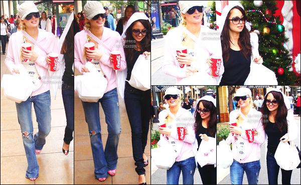 --------  22/11/06  :     Mlle Paris Hilton photographiée  dans la journée entrain de faire du shopping - à Los Angeles.   Paris Hilton est accompagnée de sa grande copine Nicole Richie.  Petit top pour la tenue de Paris. Je suis hyper fan de sa veste rose claire.--------