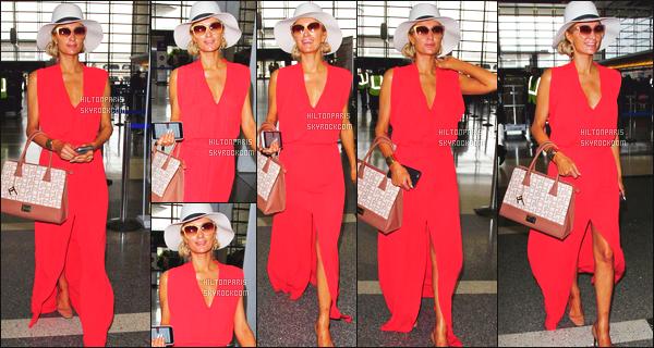 ------- 13/12/16: La magnifique  Paris Hilton photographiée arrivant à l'aéroport de LAX  dans la  journée  -  Los Angeles. J'aime trop la tenue, une petite combinaison qui lui va vraiment. J'adore la couleur orangé. Paris est   souriante, j'adore trop. Top/Flop?     -------