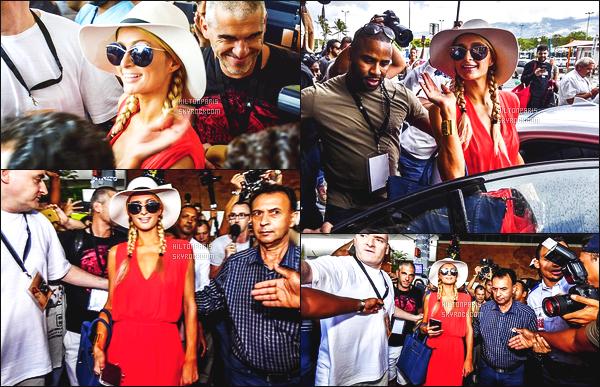 ------- 15/12/16: La magnifique  Paris Hilton photographiée  à l'aéroport de Roland Garros dans la journée toute jolie. La tenue ressemble vraiment à la tenue du 13 Décembre à l'aéroport. J'aime assez et je lui met un top pour la tenue orangé. Top/Flop?    -------