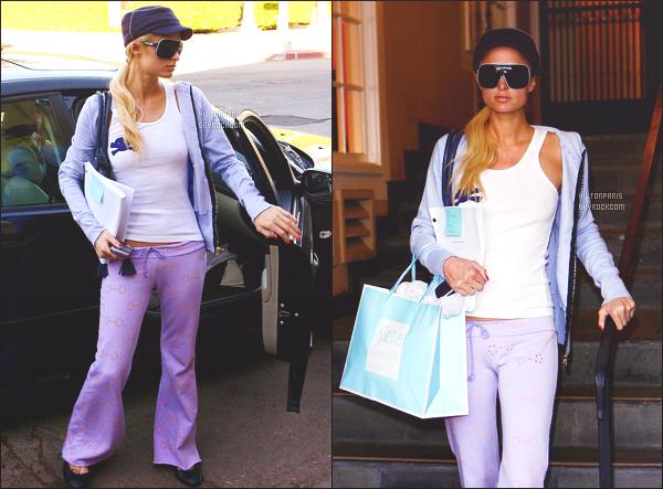 --------  06/12/16  :   Sublime Paris Hilton photographiée quittant un salon de beautée dans la journée -  Los Angeles.   Petit top pour la tenue cela reste un candid  simple, je n'aime pas trop ses lunettes de soleil et la casquette, mais top pour le bas. Top/Flop?--------