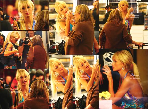 --------  07/12/06  :     Mlle Paris Hilton photographiée en debut de soirée entrain de faire du shopping  - Los Angeles.    Petit top pour cette robe que j'aime moyen les motifs ca fait trop, j'aime beaucoup cette coiffure attaché lisse. Elle est vraiment parfaite Paris.--------