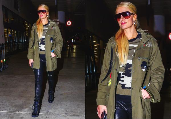 ------- 28/12/16: La magnifique  Paris Hilton photographiée arrivant à l'aéroport de LAX  dans la  journée  -    Los Angeles. Petit top pour la tenue à jolie Paris, je n'aime pas trop la coiffure. Mais  j'aime   le manteau vert kaki et son bas en cuire simple. Top/Flop?    -------