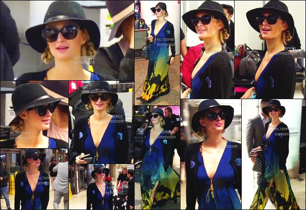------- 03/01/17: La magnifique  Paris Hilton photographiée arrivant à l'aéroport de LAX  dans la  journée  -  Los Angeles. Petit flop pour la tenue, je n'aime pas trop son chapeau qui fait paysanne. Petit flop pour la robe rideau, top pour les lunettes. Top/Flop?  -------