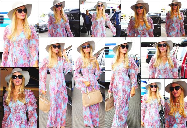 ------- 06/01/17: La magnifique  Paris Hilton photographiée arrivant à l'aéroport de LAX  dans la  journée  -  Los Angeles. Petit top à la jolie Paris Hilton pour cette combinaison, je ne suis pas trop fan mais cela passe, j'aime trop ses chaussures simple. Top/Flop?   -------