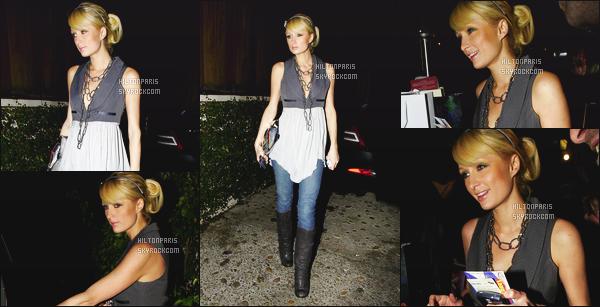 --------  28/11/06  :   Paris Hilton photographiée tard dans la nuit quittant la boite de nuit  « Hyde » - Los Angeles.  Je n'aime pas trop cette tenue, ni cette coiffure, donc c'est un flop pour ma part, elle semble toute souriante ca fait plaisir à voire. Top/Flop?--------