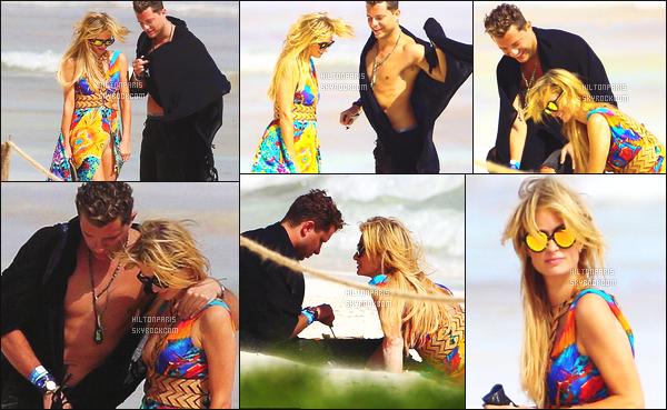 ------- 11/01/17: Notre trés  sublime  Paris Hilton photographiée  dans la journée sur la plage avec un ami -  au Mexique.   Flop pour la tenue, c'est assez trop répétitifs. J'aime beaucoup ses lunettes de soleil et ses cheveux laché. Elle reste quand même assez belle.  -------