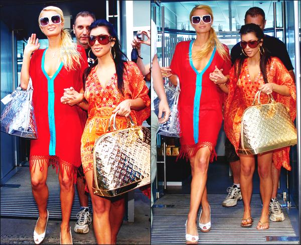 --------  28/12/06  :    La sublime Paris Hilton photographiée entrain de faire du shopping dans la journée - à  Sydney.   Paris  été accompagnée de Kim Kardashian. Paris est  jolie dans la tenue simple. Gros top pour leurs sac à main (Louis Vuiton). Top/Flop?--------