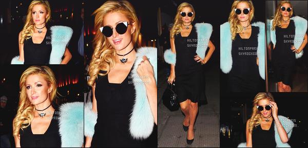 ------- 26/01/17: La princesse Paris Hilton photographiée quittant son hôtel souriante   Mayfair dans la soirée - Londres. J'adore tellement la tenue, je suis moins fan de ses lunettes de soleil gros top pour cette écharpe bleue en fourrure. Elle est assez jolie.  -------