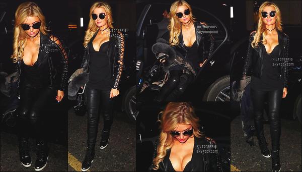 ------- 29/01/17: La princesse Paris Hilton photographiée quittant son hôtel souriante   Mayfair dans la soirée -Londres. J'adore beaucoup cette tenue, je suis toujours fan de la veste et petit top pour les lunettes de soleil. Gros top pour Paris Hilton, elle est sexy. -------