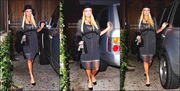 --------  01/12/06  :     Mlle Hilton photographiée dans la soirée quittant sa maison pour partir en soirée - Los Angeles.   Paris  ne semble pas heureuse de partir en soirée ! Mais j'aime beaucoup cette petite robe courte accompagné avec un chapeau, petit top.--------