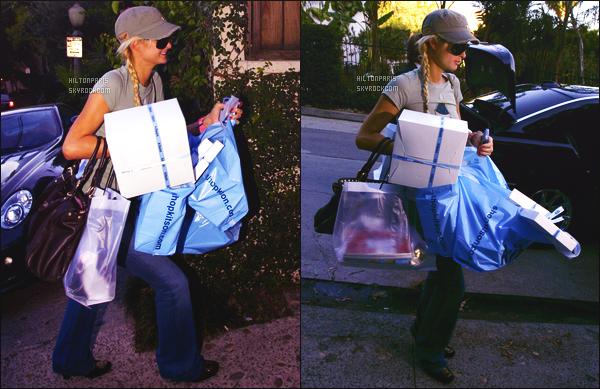 --------  03/12/06  :    Sublime Paris Hilton photographiée entrain de faire du shopping dans la journée -   Los Angeles.  C'est une tenue que je n'aime pas trop, c'est simple mais bon cela reste un candid. Elle est  belle avec sa casquette et ses tresses. Top/Flop?--------