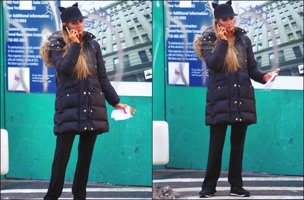 ------- 14/02/17: Paris Hilton  photographiée   au telephone dans la journée, peu souriante dans les rues dans New York. Un petit candid, donc petit top pour la tenue, je n'aime pas la doudoune j'aime bien son petit chapeau avec les petites oreilles de chats. -------